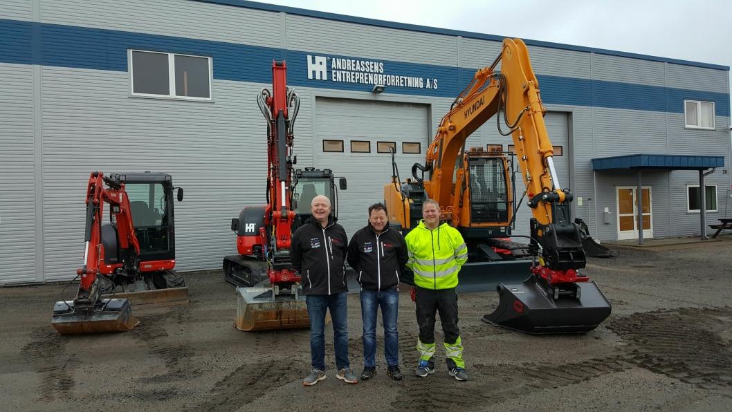 LEVERT TIL JUL: Karl-Erik Mathiesen (f.v.) fra Hymax har solgt tre gravemaskiner til Jan Andreassen i år. To Kubota (2,7 tonn og 8,7 tonn) og en Hyundai på 15-tonn. Til høyre er Jarand som er tredje generasjon Andreassen og tiltenkt daglig leder i Andreassens Entreprenørforretning AS om et par års tid.