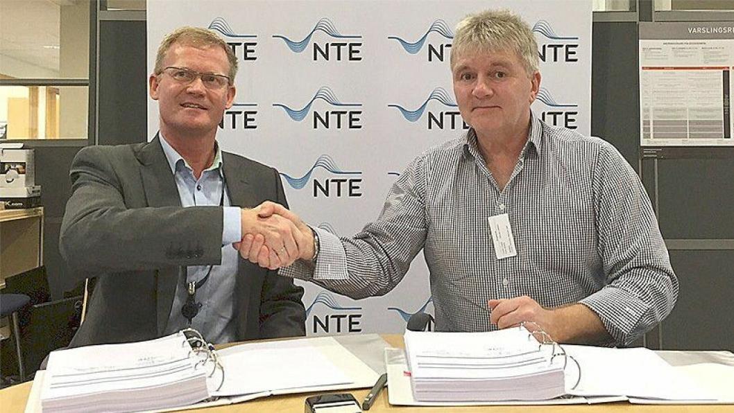Administrerende direktør Kenneth Brandsås i NTE Energi (t.v.) og prosjektsjef Magnar Myklatun i Skanska forsegler kontrakten med et håndtrykk. .