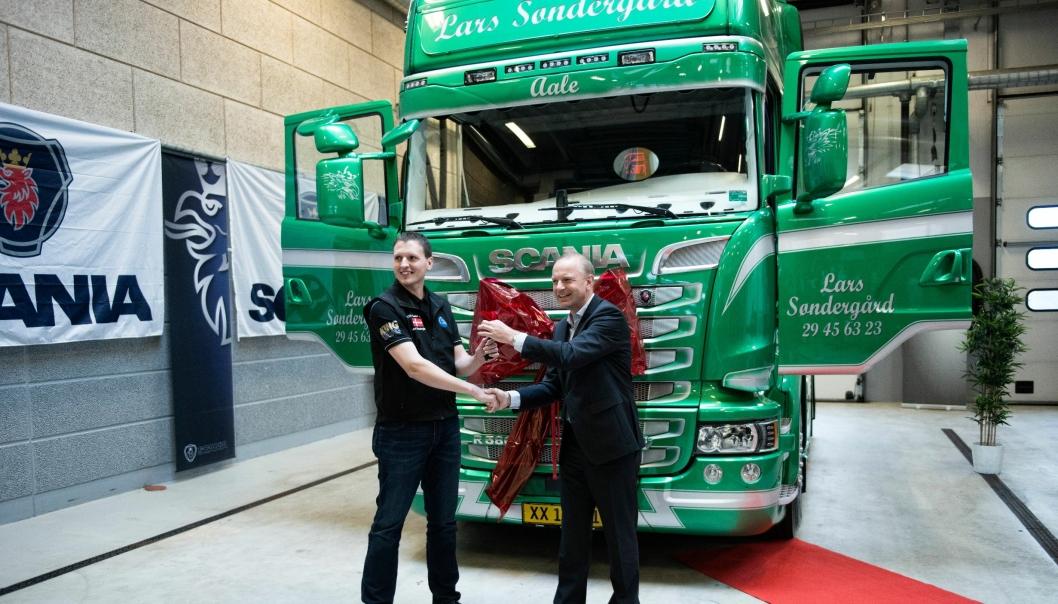 Adm. direktør Janko van der Baan hos Scania i Danmark overrekker nøkkelen til Lars Søndergårds vinnerbil,  en ny Scania R 580.