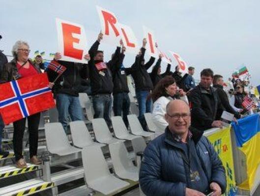 Supportergjengen vekslet mellom NORWAY og Erling ved å snu plakatene. Foran informasjonssjef John Lauvstad hos Scania.