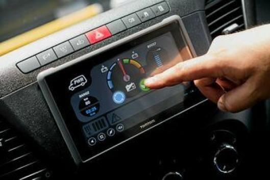 Nettbrettet fra TomTom er avtagbart og gir føreren god informasjon om rekkevidde og kjørestil.