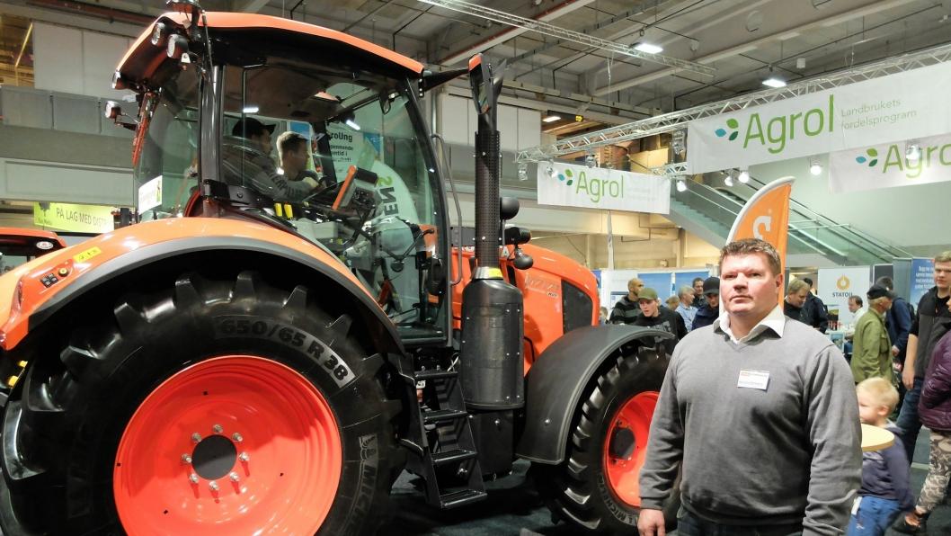 Kjell Tore Dokkeberg, Svenningsens AS, ved den nye Kubota M7171. Alle