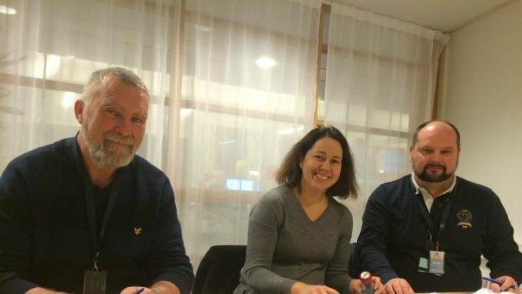 Torsdag ble kontrakten om bygging av nye Lundbrua signert. Fra venstre: Arve Grannes i Peab anlegg, Janne Staulen Venes i Statens vegvesen og Christer Blomkvist i Peab anlegg.