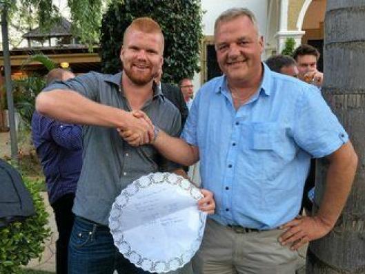 Benjamin A. Høisveen (t.v) kjøpte maskin av Pon-selger Jon Granlund mens drinkene før gallamiddagen i Malaga ble servert. Papiret under champagne-glassene på et av serveringsfatene ble benyttet til å skrive kontrakt på.