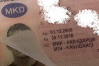 Klistret på bokstaver på førerkortet