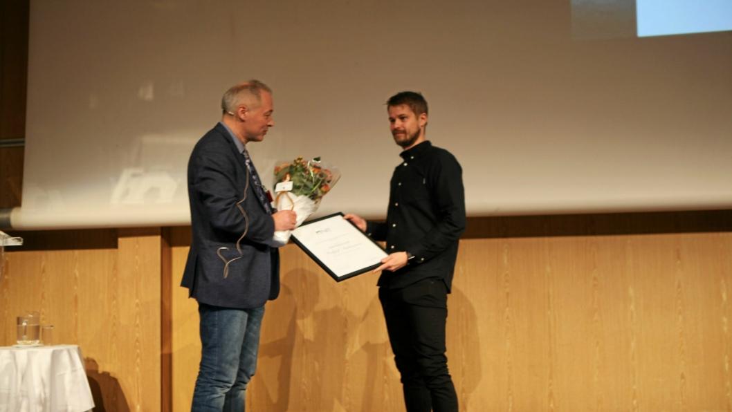 Sønnen Morten mottok æresmedlemskapet på vegne av sin bortreiste far.