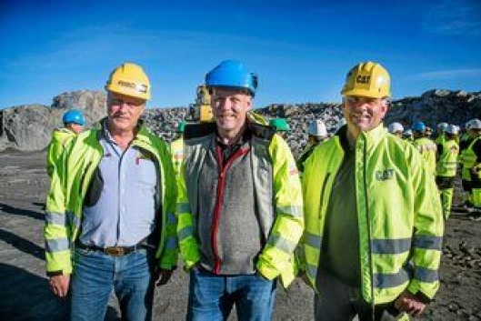 Per Olav Listau (PON og til venstre), produksjonssjef Jo Gunnar Håkonsen og Egil Braathen fra PON var storfornøyd med engasjementet til maskinførerne som var på kurs.