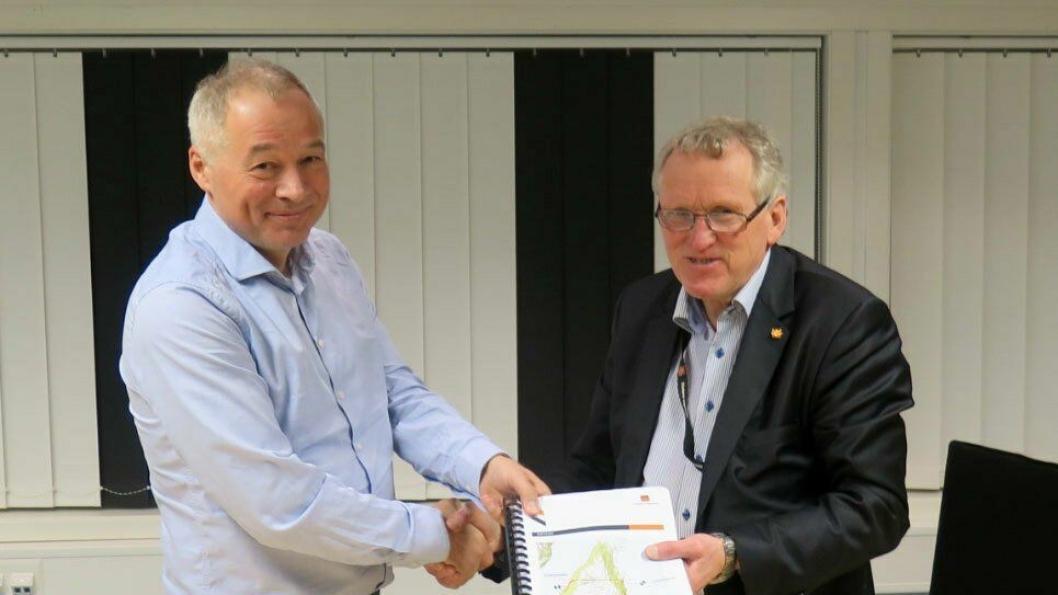Administrerende direktør Frode Nilsen i LNS og regionvegsjef Torbjørn Naimak satte sine signaturer på kontrakten for strekningen Storsandnes-Langnesbukt tirsdag ettermiddag.