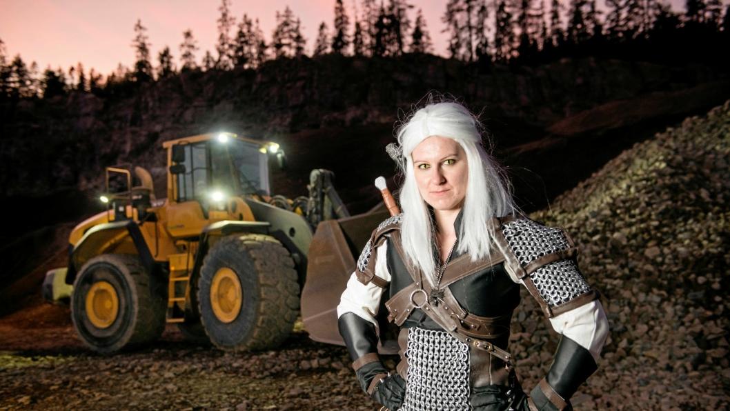 Katharina Fjeld (29) kjører hjullaster på dagtid – på fritiden driver hun med cosplay.