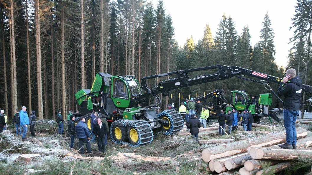 I løpet av noen få ettermiddagstimer var over 200 mennesker innom hogstfeltet for å beskue den nye hogstmaskinen 1270G.