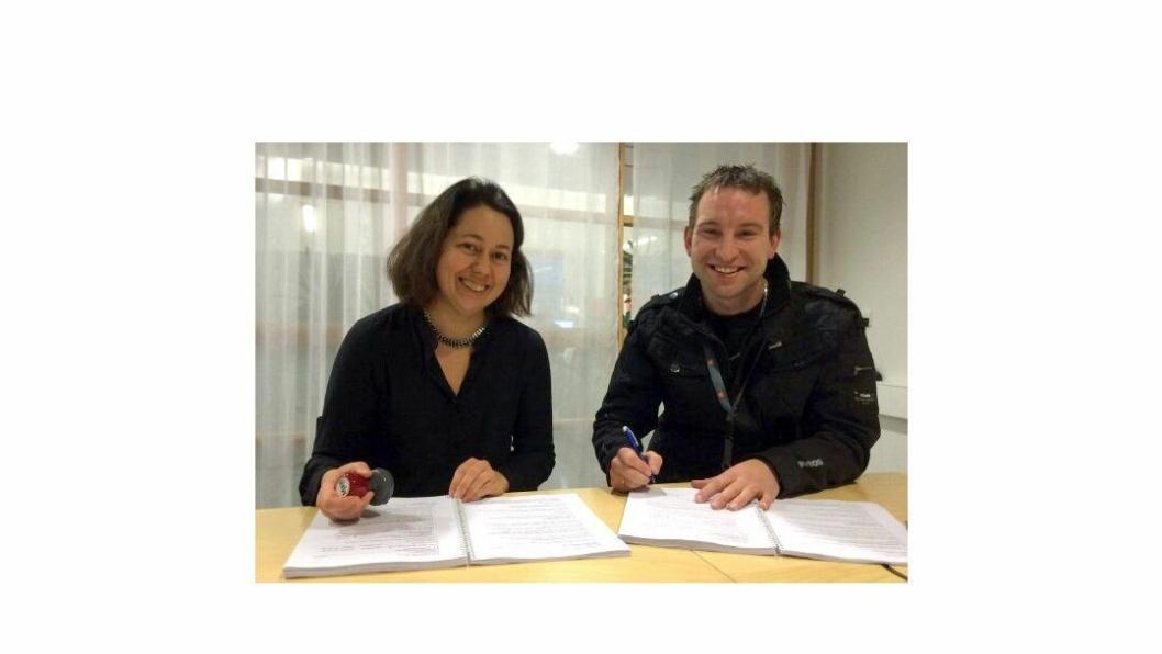 Prosjektleder Janne Staulen Venes i Statens vegvesen og John Tore Kyllo i Kyllo Maskin AS under kontraktssigneringen tirsdag.