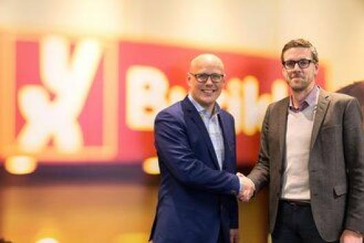 Leder for salg og marked i YX Norge, Erik Gulbrandsen (til høyre), g kommunikasjonsdirektør i Girteka Logistics, Kristian Kaas Mortensen, på Uno-X Gruppens på hovedkontor på Lysaker.
