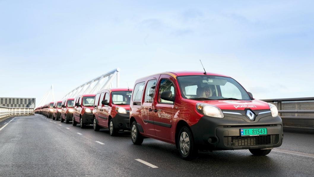 Oppstilling av de nye bilene til ære for fotografen.