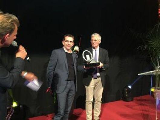 Pierre Lahutte, Iveco Brand President (til venstre), har akkurat fått overrakt prisen fra juryforman Gianenrico Griffini.