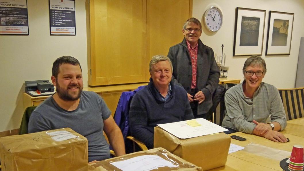 På bordet ligger tilbud for mange milliarder kroner. Fra venstre prosjekteringsleder Karl Gunnar Sødal, byggeleder Svein Soknes, prosjektleder Almar Aronsen og ass. prosjektleder Odd Jostein Haugen i Statens vegvesen.