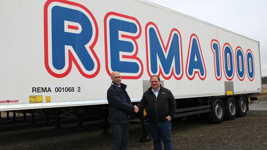 Daglig leder Per Karlsen i Schmitz Cargobull Norge AS (t.h.) på Gardermoen overleverte nylig 20 nye trailere til Rune Herje fra Rema Distribusjon Norge AS.