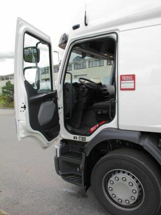 Gode stigtrinn og velplasserte håndtak på hver side av døren gjør det enkelt og sikkert å komme inn og ut av førerhuset, viktig på en distribusjonsbil.