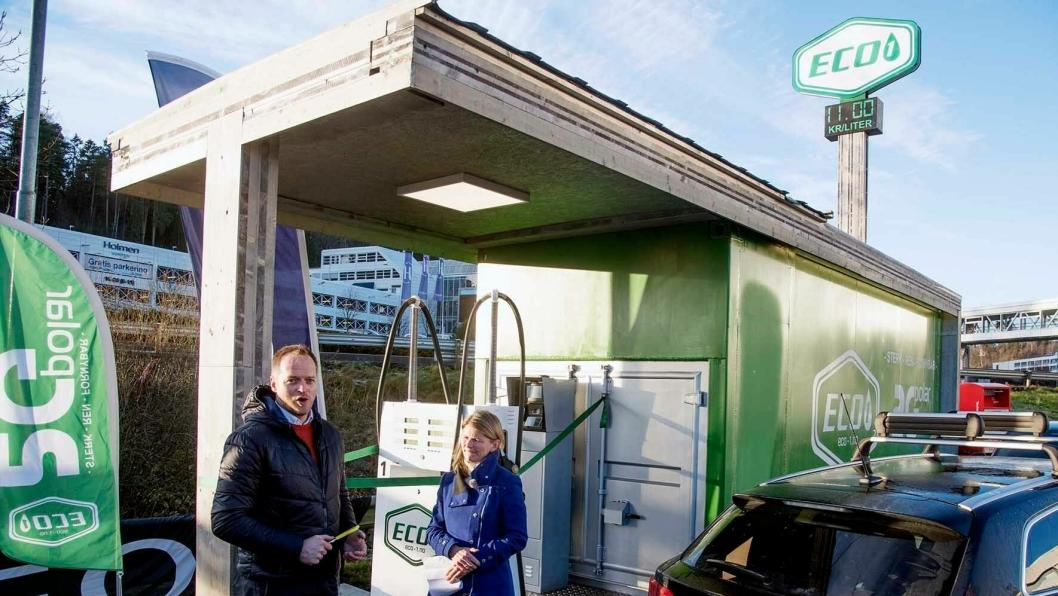 Askers ordfører Lene Conradi fikk klippe den symbolske snora på den første stasjonen som Geir Ingeborgrud og Eco-1 åpner i Norge.