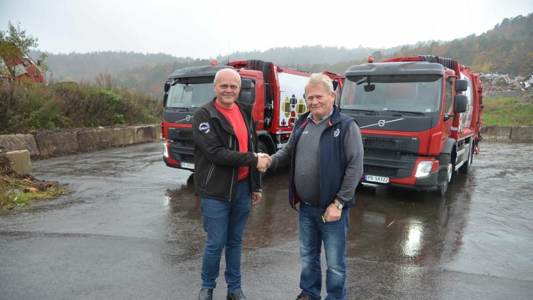 Volvos representant Reidar Sines (t.h) takker avdelingsleder i Reno Norden i Agder, Bjørn Bjellerås for handelen.