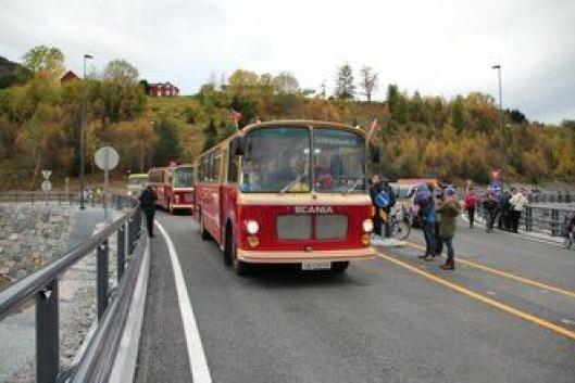 For å markere åpningen ble det kjørt en kortesje med veteranbiler og - busser over brua.