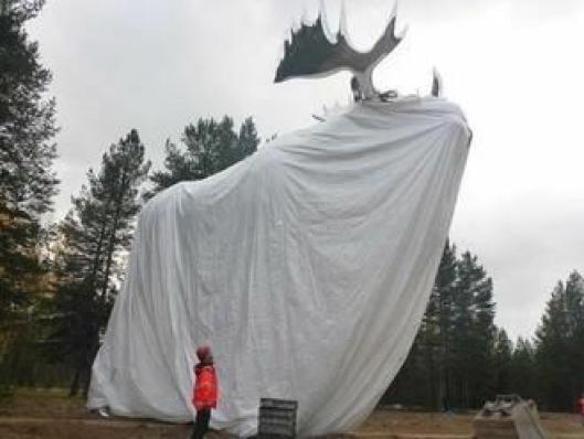 Den ti meter høye elgen avdukes klokka 15 torsdag.