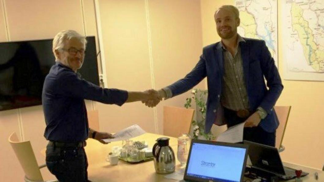 Harald Snippen fra Structor Lillehammer AS (t.v.) og Ole Kristian Haug fra Statens vegvesen undertegnet fredag 9. oktober en rådgiverkontrakt for riksvei 4 Roa-Gran grense.