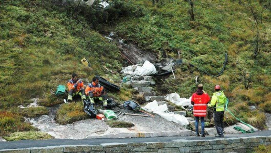 Sherpaene tar en velfortent lunsj mens  landskapsarkitekt og prosjektleder ser på resultatet.