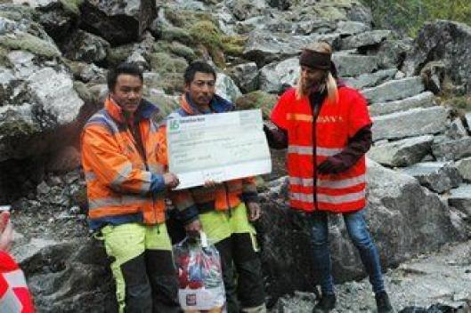 Kari Bergo har overlevert en sjekk og 44 par tova sokker som sherpaene fra Khunde får med seg hjem.