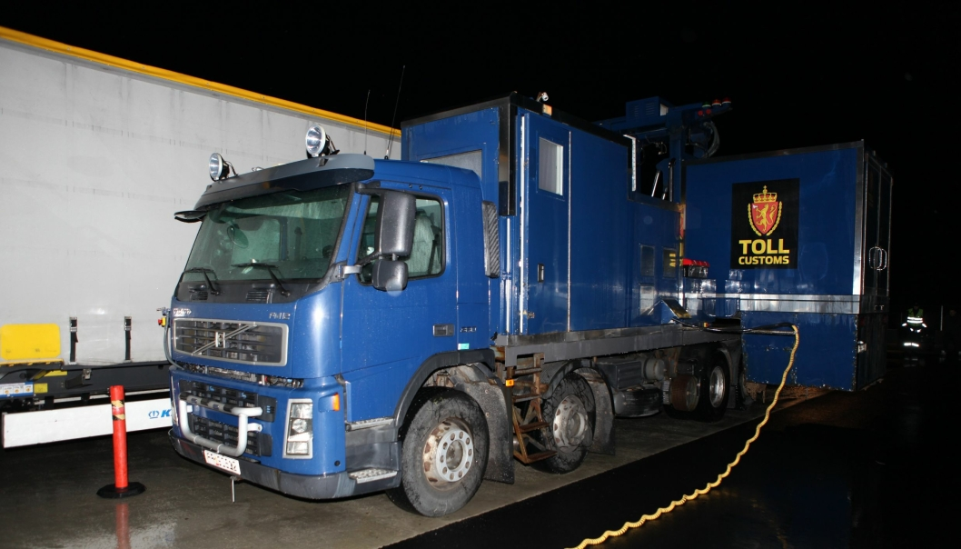 Arkivbilde av en av Tollvesenets mobile «lastebilscannere» i aksjon ved Svinesund.