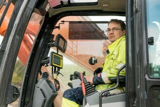Lars Pedersen har en skjerm for GPS-en til boretårnet og en skjerm for gravesystemet.