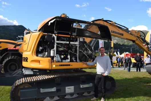 Håkan Nyhaugen gikk inn i stillingen som Sales Manager Earthmoving Equipment, i Liebherr Norge i 2012. Her viser han frem en R914 Compact.