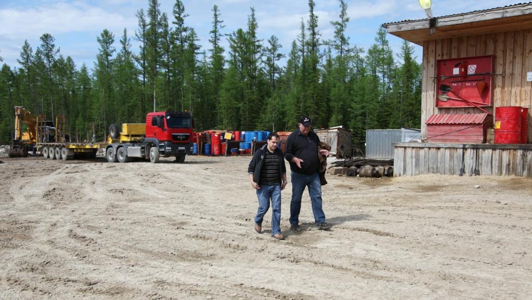 Czaramaga og Nilsen diskuterer hvordan utstyret til den russiske gass- og oljeindustrien kan forbedres. I bakgrunnen ser vi en av de tre Istrail-hengerne på området.