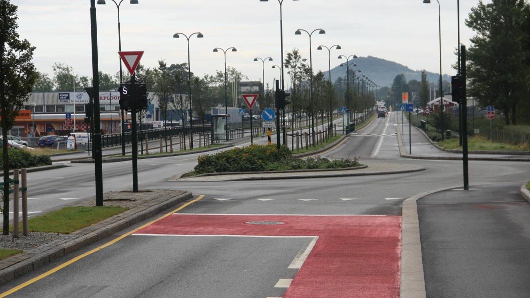 De siste meterne før kryss og i et område foran stoppelinjen til bilene er markert med rødt i testprosjektet.