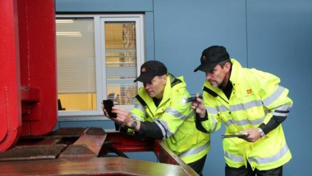 Utekontrollører fra Statens vegvesens Region midt og vest dokumenterer en usikret henger.