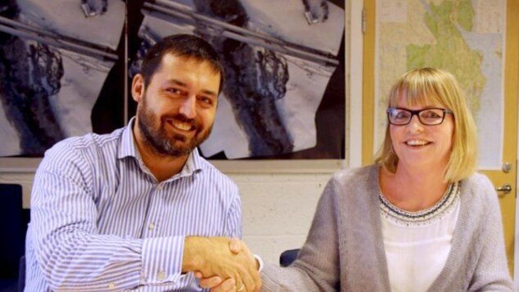 Distriktsleder Petter Bakke i Veidekke og avdelingsdirektør Anette Aanesland undertegnet kontrakten.