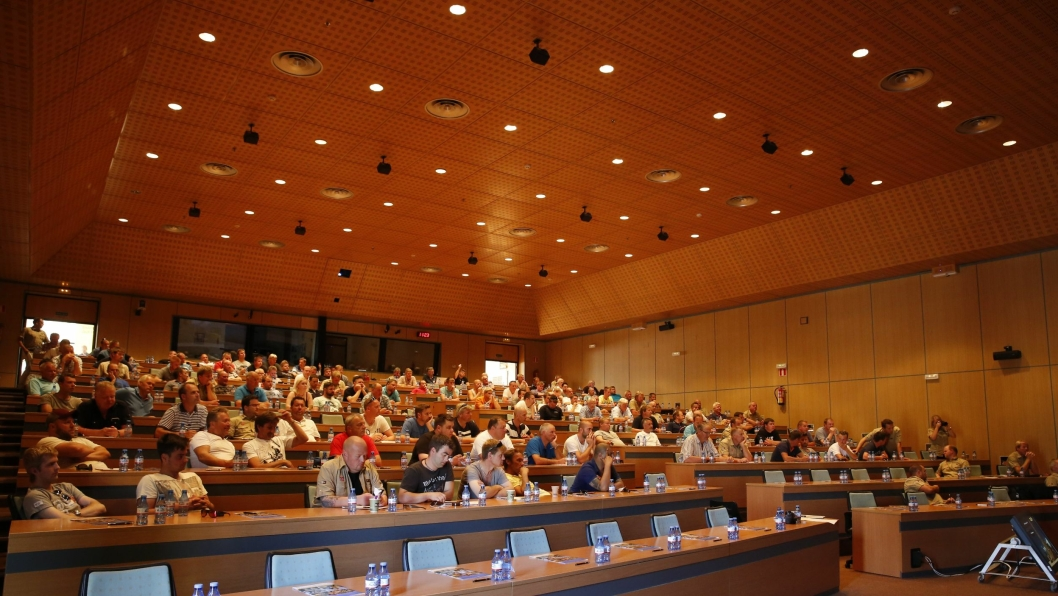 NORDMENN PÅ TUR: Salen i Caterpillar-senteret i Malaga fylt med norske entreprenører.