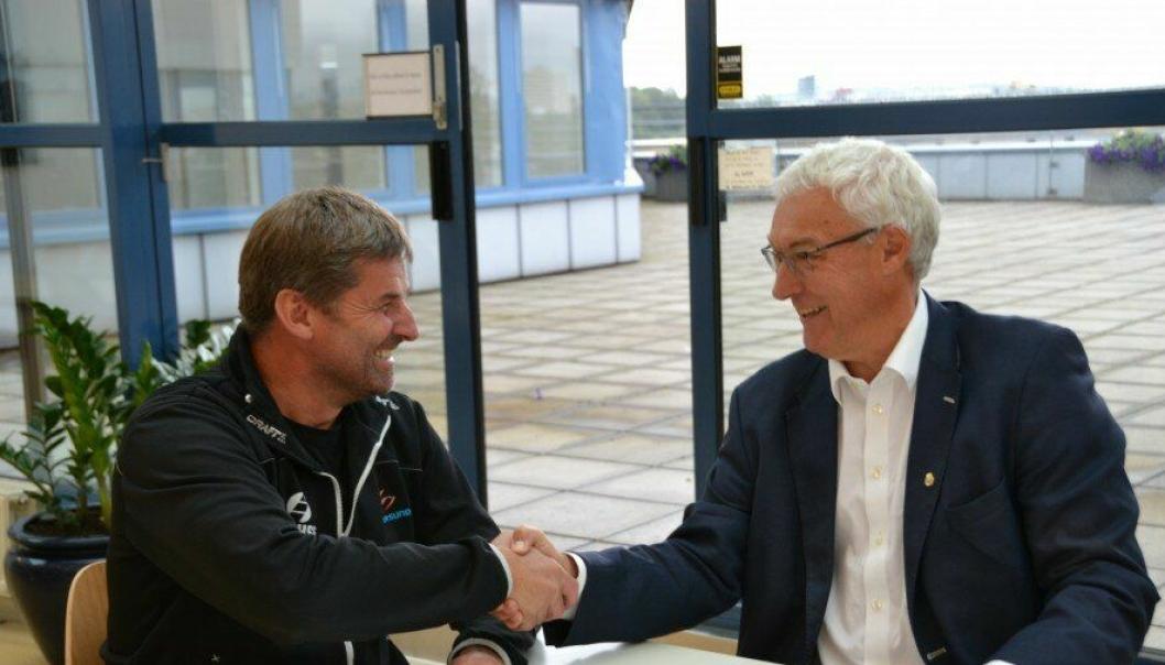 Distriktssjef i Isachsens anleggsdivisjon i Oslo Ole Terje Letmolie (t.v.) og direktør Pål A. Sommernes i Oslo kommune Renovasjonsetaten signerte denne uken avtalen om deponiavslutning på Grønmo.