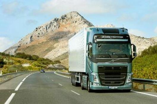 UTE PÅ PRØVE: Volvo FH med dobbeltclutch-girkassen I-Shift Dual under prøvekjøring i Spania.
