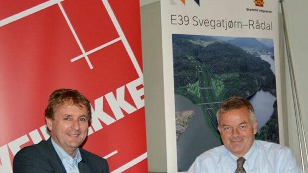 Regionveisjef Helge Eidsnes (t.v.) gratulerer konsernsjef Arne Giske i Veidekke med den største veikontrakten så langt i Statens vegvesen.