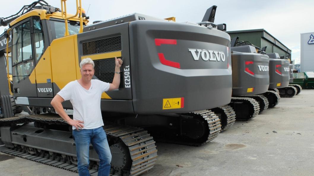 Volvo-selger, Jon Ølstad, er selvsagt fornøyd med sitt «rekord-salg». I 2013 solgte han samme antall Volvo-dumpere i en handel til Hæhre Maskinutleie på Vikersund.