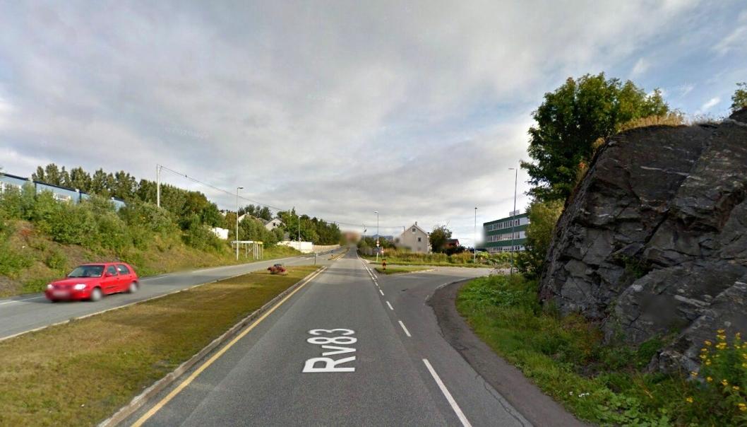 Krysset ved riksvei 83 og Margrethe Jørgensens vei skal bygges om til en «trafikksikker rundkjøring» som skal føre til at trafikken avvikles bedre.