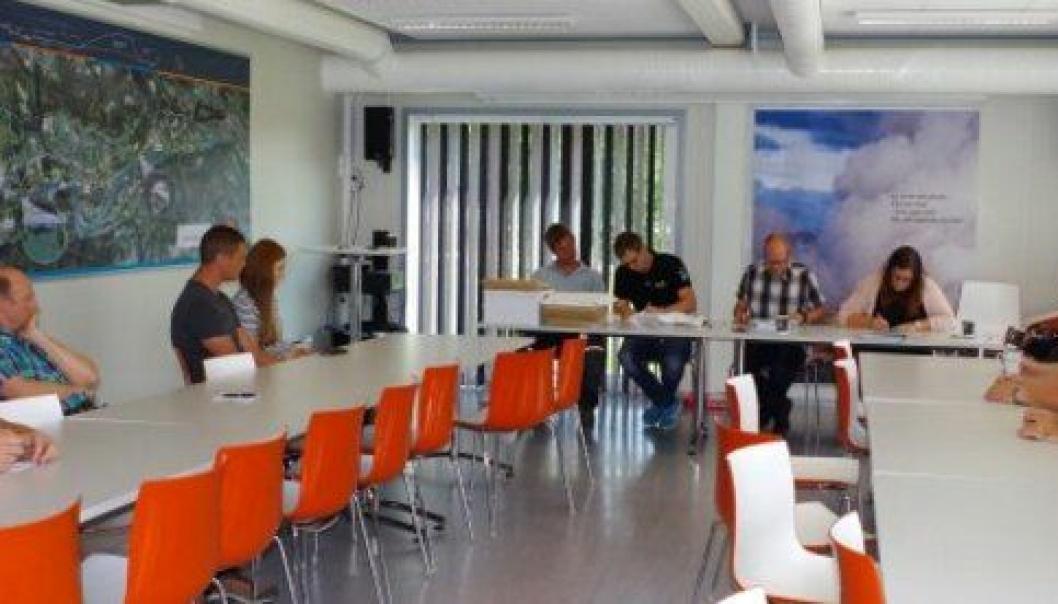 Høytidelig åpning av elektrotilbudene på Statens vegvesens E6-rigg i Ringebu 21. august. Representanter fra noen av tilbyderne var til stede da byggeleder Roger Jenshus (rutete skjorte) leste opp navnene på de ti tilbyderne og tilbudssummene.