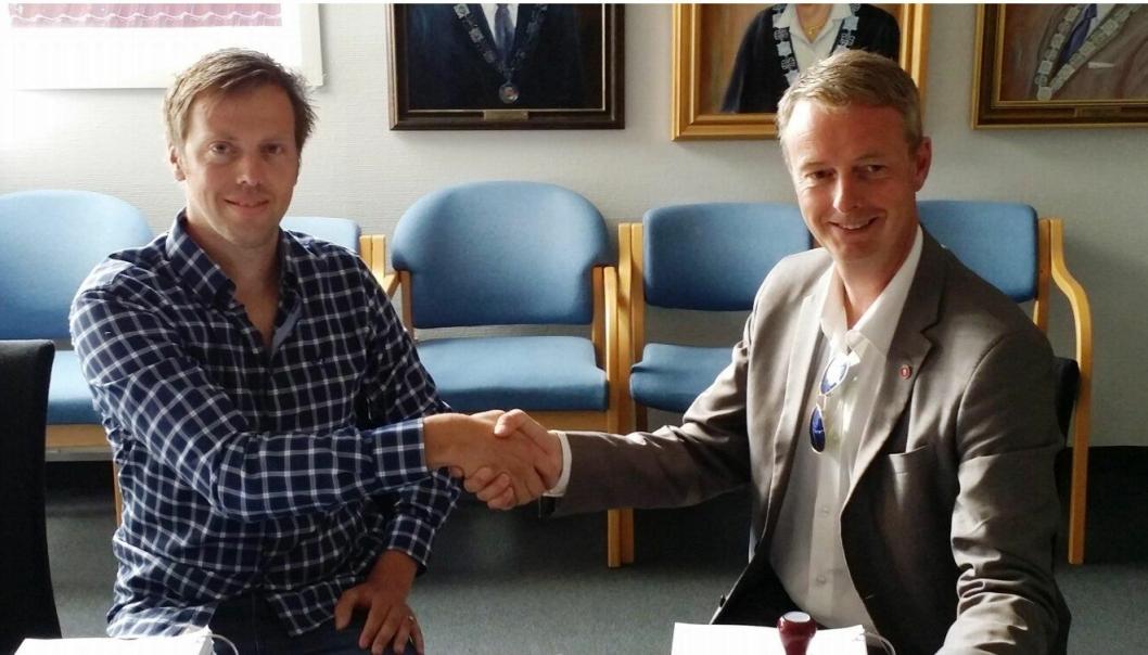 Veidekkes prosjektleder Jostein Veåsen (til venstre)  og ordfører Terje Søviknes i Os kommune undertegnet kontrakten.