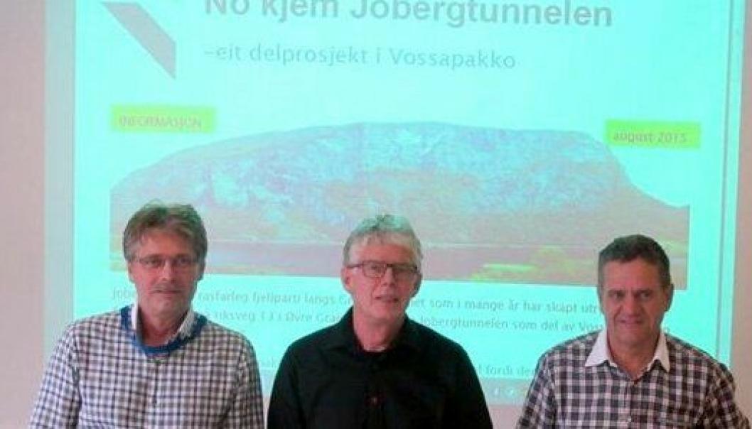 Fra kontraktsigneringen 12. august. Dagleg leder i Bertelsen & Garpestad, Øyvind Langemyr (f.v.), prosjektleder Lars Magnar Røneid i Statens vegvesen og project mananger i Metrostav, Roman Fuksa.
