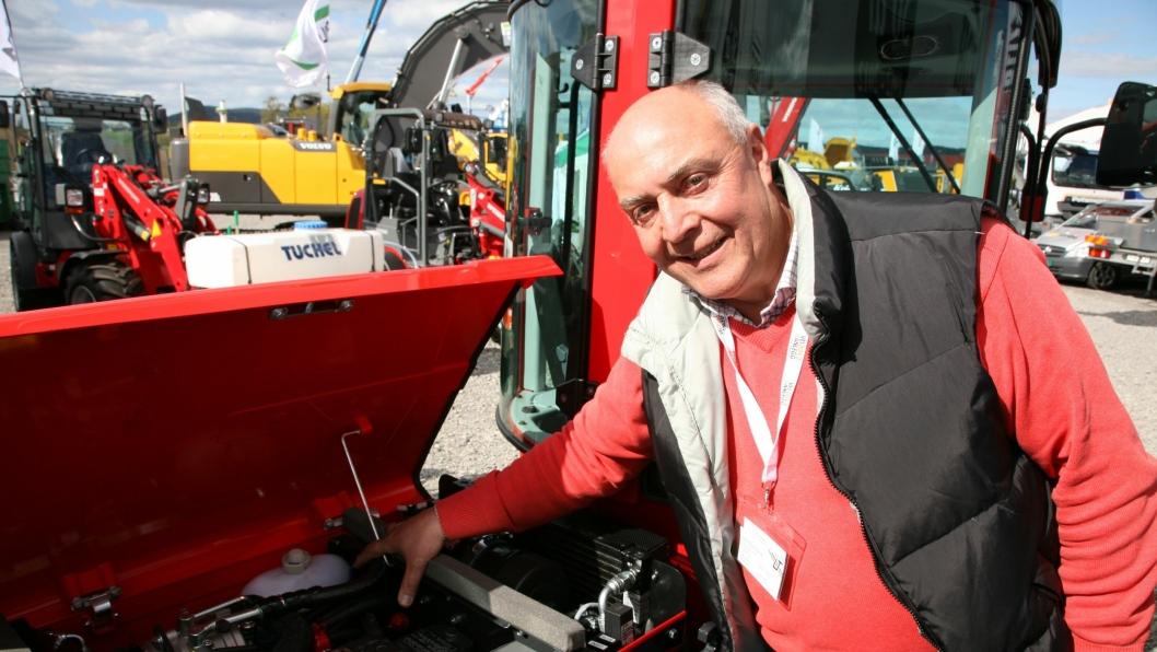 Under Vei og Anlegg 2012 var Geir E. Enersen i Lier Traktor velvilligheten selv da vi ba om å få se plasseringen av magnetene på en Carraro traktor, to røde for drivstoff og en blå for luft (se også neste bilde i bildekarusellen).
