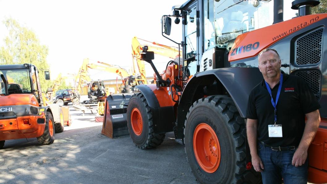Hitachi-importøren viser ni maskiner på utstillingen. Her er Nasta-selger Nils Arve Norendal ved hjullasteren ZW180-5 (18 tonn).