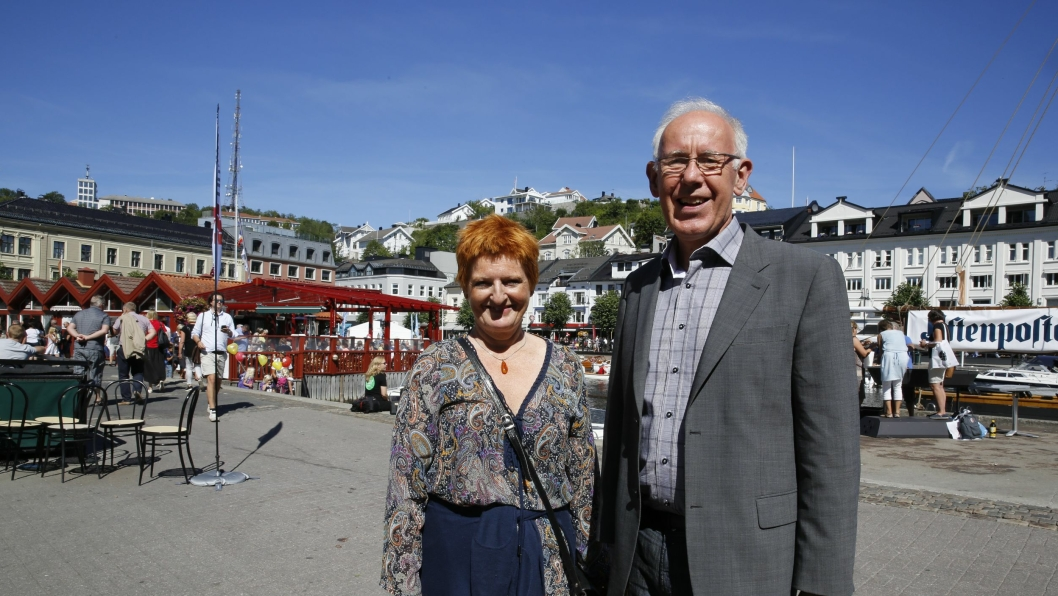 SOLEN SKINNER I ANLEGGS-NORGE: Og i Arendal denne uken. MEFs Siri Ulvin og Trond Johannesen koser seg i solen under Arendalsuka der MEF deltar for første gang.