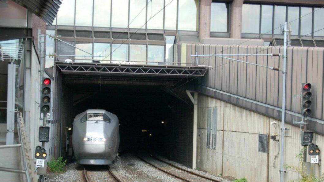 Både dagens jernbanetunnel under Oslo og T-banetunnelen sliter i dag med kapasitetsproblemer.