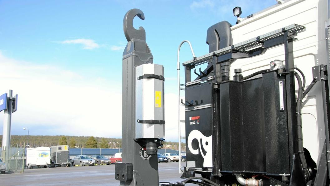 Denne vibratoren for krokløftarm følger bilen og ikke containeren. Løsningen ble vist på MaskinExpo i Stockholm.