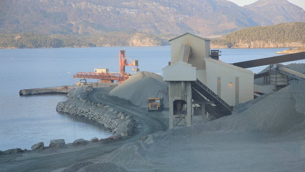 Bilde fra Norsk Stein AS, Jelsa, i Rogaland. Årlig produseres det her ca. 10 millioner tonn materialer til det europeiske markedet.